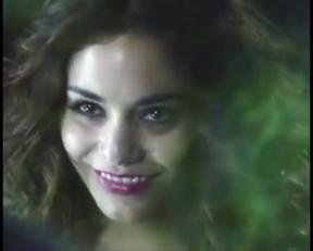 Vanessa Hudgens - Busty Vampire - Film nackt