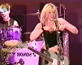 Courtney Love Showing Her Tits During A Broadcast Of The Big Day Out Festival - Film nackt