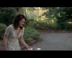 Carla Gugino Downblouse Feeding The Dog Plot From Gerald's Game - Film nackt