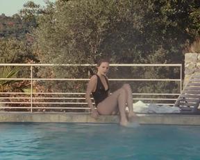 Christa Théret In Le Bruit Des Glaçons - Film nackt
