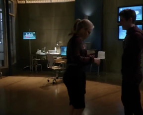 Arrow Memorial Edition: Emily Bett Rickards' Fiery Felicity Smoak Plot In The Flash - Film nackt