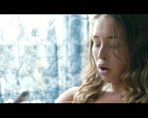 Natalie Krill Bath Plot-Below Her Mouth - Film nackt